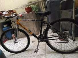 Bicicleta de aluminio en buen estado.
