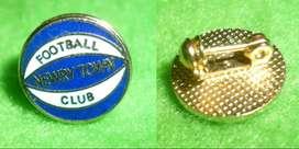 RARO PIN DISTINTIVO NEWRY TOWN FC . IRLANDA DEL NORTE 1980s INGLATERRA FUTBOL