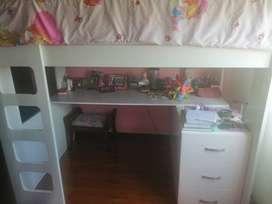 Camarote con escritorio para niña casi nueva