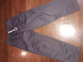 Pantalón acetato con mínimo detalle. Talle 8