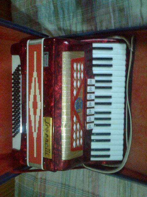 ACORDEON A PIANO SERENELLI 80 BAJOS