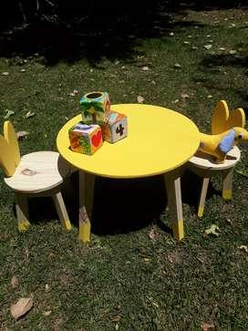 Juego de mesa + 2 sillas para chicos