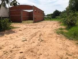 Terreno con galpon sobre asfalto