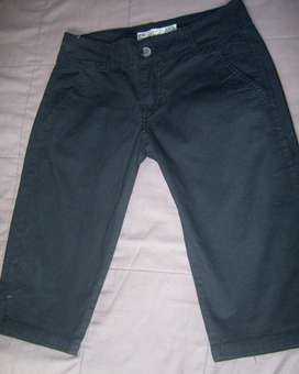bermuda de tela elastizada, muy negro, perfecto. T. 30. de marca.