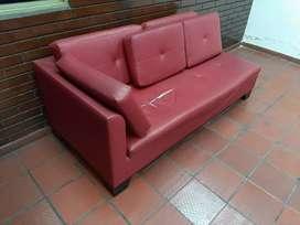 Sofa rojo grande comodo