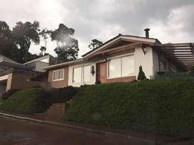 Casa en valles de la alhambra, una sola planta, 3 parqueaderos con techo, muy amplie e iluminada