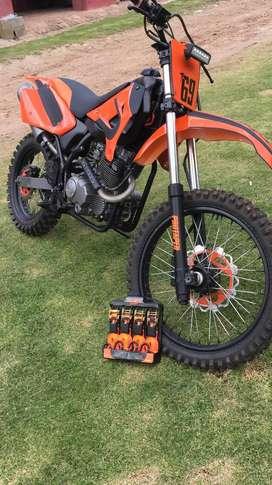 Moto UM 200 Enduro