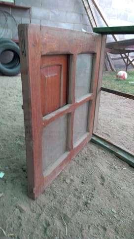 Ventana de madera con marco de chapa