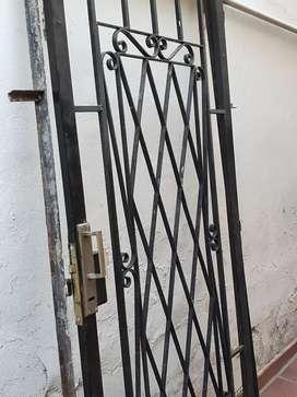 Vendo puerta reja de hierro con marco. Buen estado