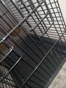 Vendo jaula para aves en buen estado poco tiempo de uso con comedero y bebedero tiene 6 puertas