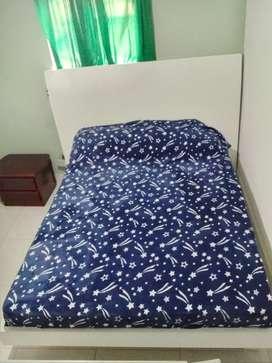 Hermosa cama en perfecto estado totalmente de madera fina con poco tiempo de uso, de 1.40 x 1.90 de ancho