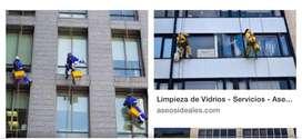 Lavador de vidrios en alturas