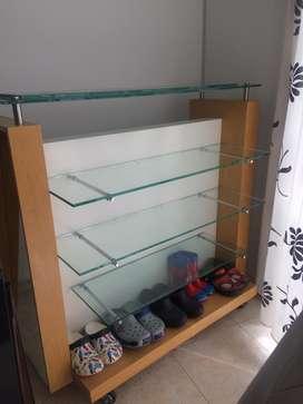 Repisa en madera y vidrio