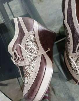 Zapatos café con. Dorado cuero