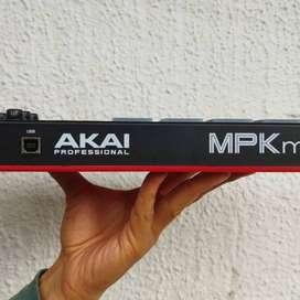 AKAI MPK MINI PLAY, como nuevo, Controlador midi con sonidos integrados Akai.
