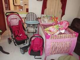 Cuna, coche con porta bebé, silla para comer, silla vibradora y bañera con calentador.