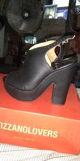 Se vende un par de zapatos como para señorita talla 33