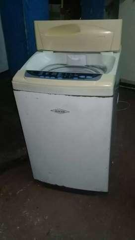 Se vende lavadora de 18 libras marca haced