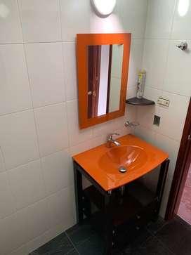 Mueble para baño en madera lavamanos en vidrio, incluye espejo , perfecto estado.