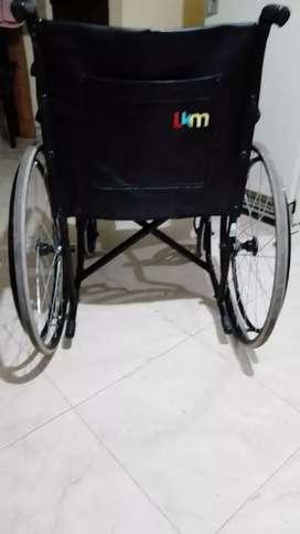Se vende camilla con colchoneta masajadora, y silla de ruedas. Nuevas
