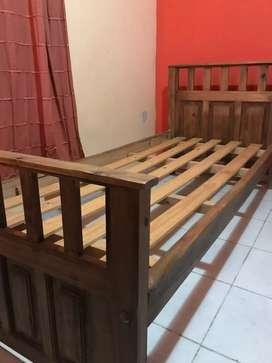 Vendo cama de pino de 1 plaza, está como nueva !