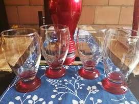 Jueego de 4 copas para jugo fondo rojo