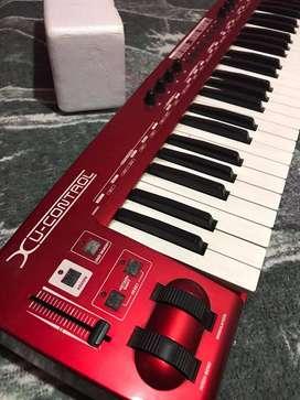 Vendo teclado Beringer Grande Y como nuevo  en su caja