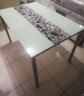 Mesa con tablero de vidrio con diseño