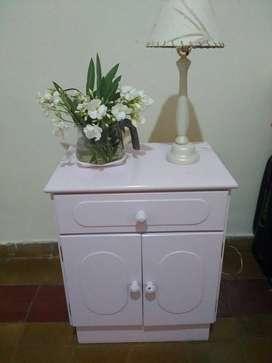 Mesa de luz laqueada dos puertas y un cajón. Color rosa chicle!