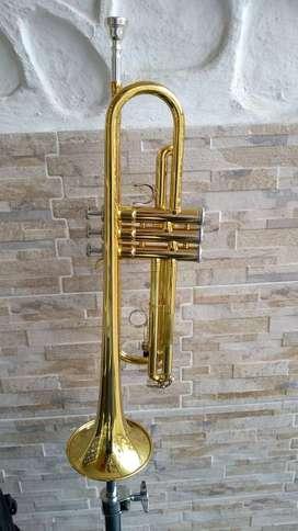 Trompeta Yamaha YTR2330 dorada con estuche como nueva