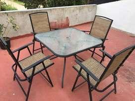 Juego de jardin mesa tapa vidrio + 4 sillas metalicas + sombrilla