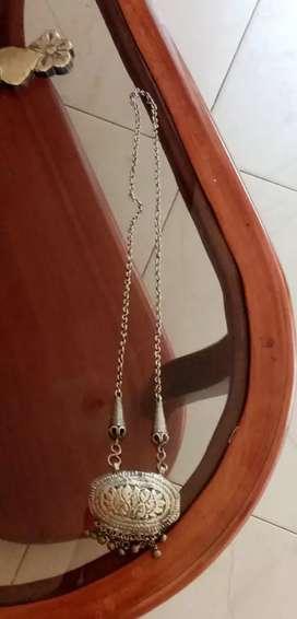 Collar tallado en bronce usado