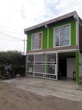 Casa de dos pisos con piscina y terraza