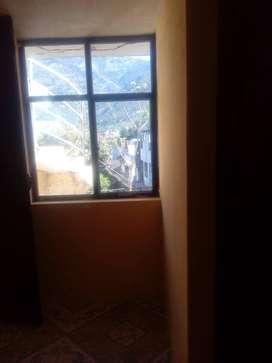se arrienda cuartos con baño independiente en la ciudad de Baños por el coliseo Municipal