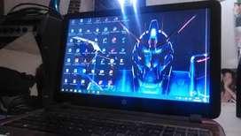 Notebook HP en uso bateria funcionando unico detalle línea blanca en la pantalla.. Funciona perfecto Precio Negociable.