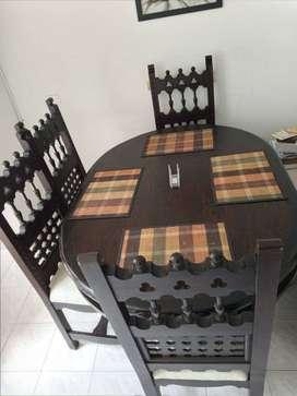 Sala y comedor de buena madera y calidad confortable.