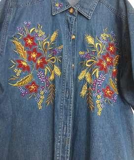 Blusa de jean bordada