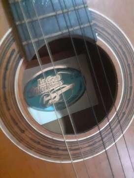 guitarra acústica le falta una cuerda