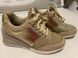 Zapatos deportivos dorados con magnolia