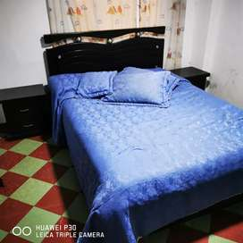 Cama, mesitas de noche, colchón
