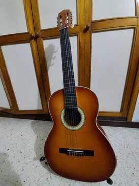 Guitarra acústica con accesorios