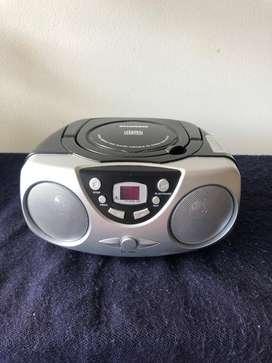 Reproductor CD portátil y radio AM/FM Sylvania