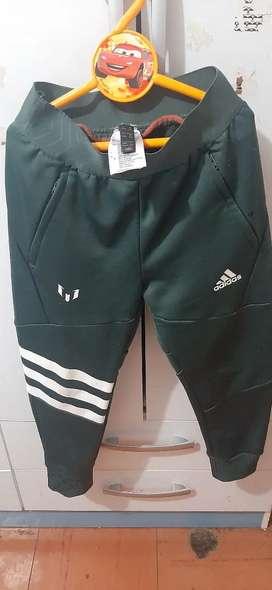 Vendo Pantalón Verde Oscuro de Messi.  Marca Adidas.