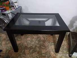 Mesa de comedor sin sillas de madera y vidrio