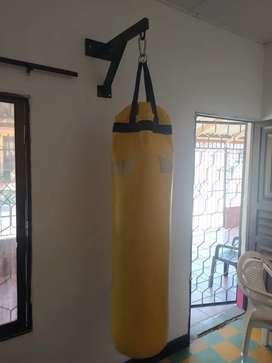 Maquina de ejercicio y pera de boxeo