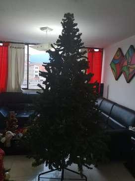 árbol de navidad, maletin, patineta, muletas