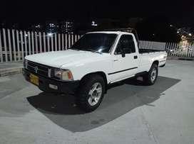 Aproveche Toyota Hilux modelo 97 con motor diesel Nissan td27 turbo soat y tecno nuevos llantas buenas caja de 5 veloci