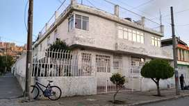Se vende casa con dos apartamentos independientes y local, actualmente rentados