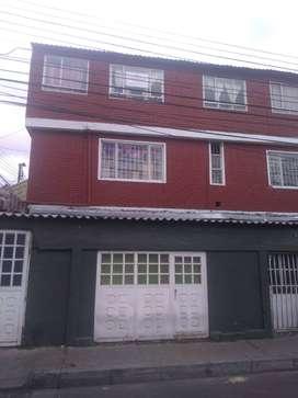 Casa de 3 pisos con 3 apartamentos independientes