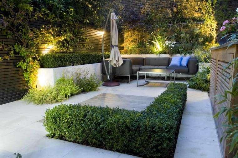 jardinero realiza mantenimiento de jardines